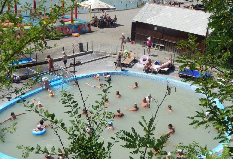 В соленому басейні