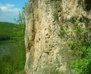 Скеля над Дністром, на якому стоїть Раковецький замок