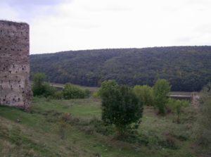 Замчище Раковецького замку - видно башту і шматок стіни справа