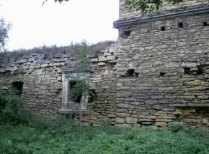 Замковий палац з різьбленими вікнами
