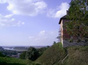 Башта старостинського замку на фоні Дністра