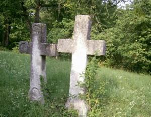Біля старовинної церкви в чесниках є кладовище з кам'яними хрестами