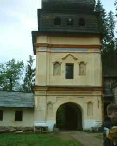 Брама монастиря у Маняві