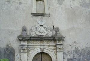 Герб Чарторийських Погоня над дверима костелу