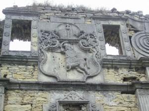 Герб Погоня над замковою брамою