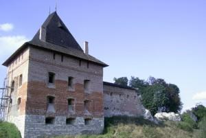 Головна башта галицького замку, до реконструкції була тільки половина споруди, решту відбудували