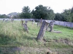 Караїмське кладовище розміщена на стародавньому городищі в урочищі Гробиська