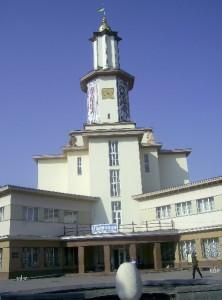Міська ратуша і фонтан у вигляді жолудя, який у народі називають яйцем