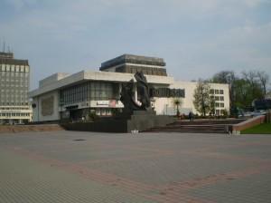 Музичний драматичний театр і пам'ятник Івану Франку