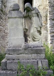 Надгробок із сумною жінкою біля церкви в селі Чесники