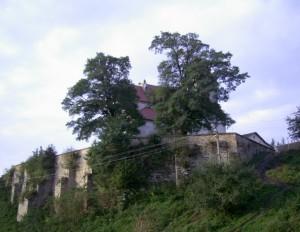 Оборонні мури костелу Святого Станіслава одночасно були стінами міста Фірлеїв