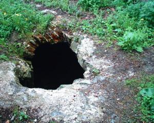 Вхід у підземелля замку біля міського парку у місті Надвірна