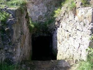 Вхід до підземелля башти Пнівського замку у місті Надвірна