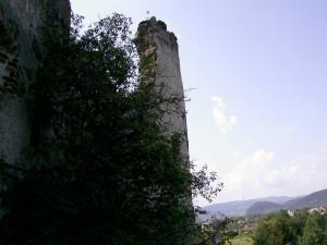Початок Карпат поблизу Пнівського замку у місті Надвірна