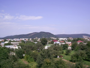 Вид на замкову гору із Пнівського замку у місті Надвірна