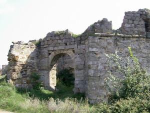 Брама Пнівського замку у місті Надвірна