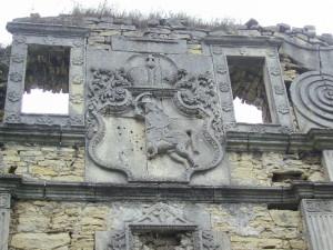 Герб над воротами Чернелицького замку