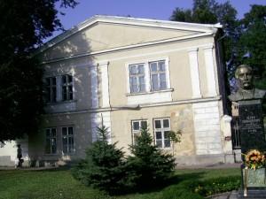 Палац Потоцьких та пам'ятник Петру Прокоповичу