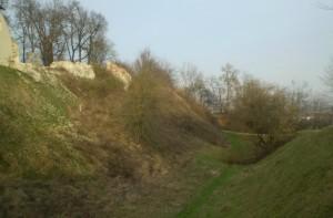 Рів галицького замку вражає глибиною, а фундаменти замкових мурів сягають восьми метрів у глибину