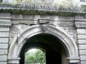 Різьба на брамі замку у Чернелиці