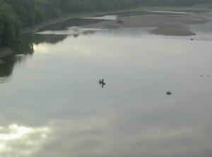 Рибалки на човні пливуть по Дністрі
