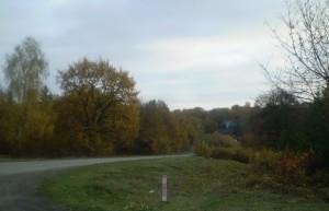Стара галицька дорога, вдалині - колиба Чумацький шлях