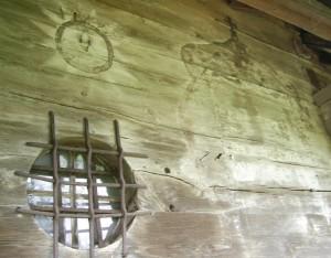 Старовинне вікно і залишки зображень на стіні святодухівського храму у місті Рогатин