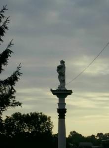Статуя біля городенківського костелу