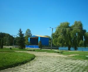 Сцена біля міського озера - тут часто проводяться концертиСцена біля міського озера - тут часто проводяться концерти