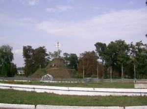 Символічна могила у Бурштині - за нею був бурштинський замок і замковий парк, крайня хата парку - замкова кухня
