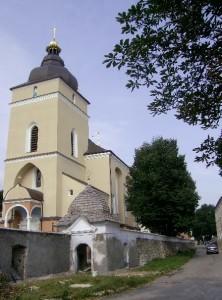 Церква Різдва 13 століття з оборонними мурами і надбрамною вежею у Рогатині