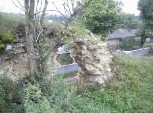 Залишки бійниці і село Чернелиця одразу за стінами