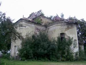 Занедбаний, але все ще цілий костел святого Валентина у селі Михальче