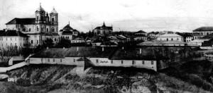 Зліва - костел у Городенці, на передньому плані - городенківський замку, перероблений у госпіталь