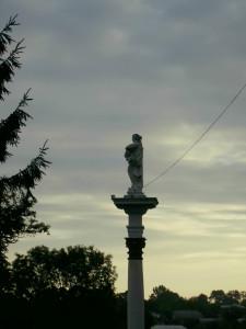 Фігура перед костелом у Городенці