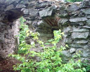 Бійниці башти замку у міському парку міста Надвірна
