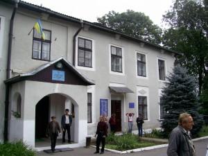 Відділок міліції - колишній замок Скарбка