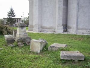 Руїни пам'ятників біля костелу у смт Заболотів