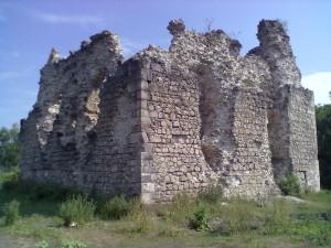 Вежа-донжон у селі Середнє