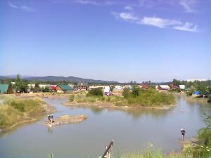 Озеро в Солотвино, люди обмазуються лікувальним болотом
