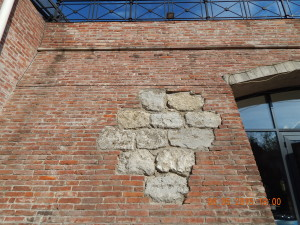 Стародавня кладка фортечного муру
