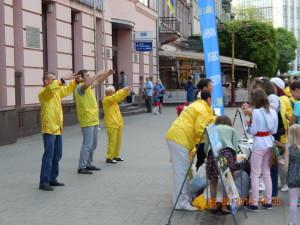 Диваки в жовтому - якась східна секта