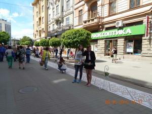 Довгий вишиваний рушник - традиційний атрибут Дня міста Івано-Франківськ