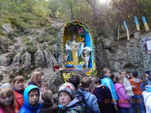 Капличка біля входу в печеру