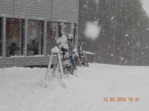 Стійка для лиж біля високогірного бару