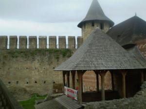 Палац і фортечний мур хотинського замку