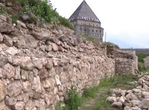 Стіна замку у Скалаті під час реставрації