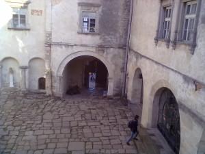 Двір Олеського замку