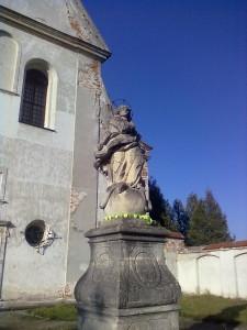 Фігура перед костелом в Олеську