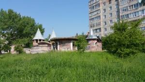 Замок у дворі в Івано-Франківську